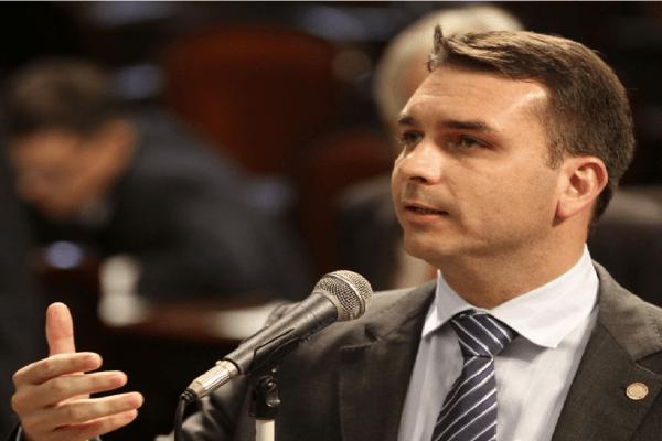 Flávio Bolsonaro apresenta PEC para redução da maioridade penal