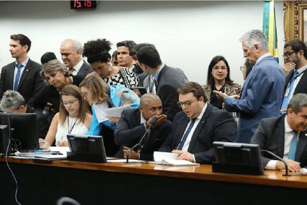 Líder do governo admite mudanças na PEC da Previdência mas 'sem aventura' ao plenário