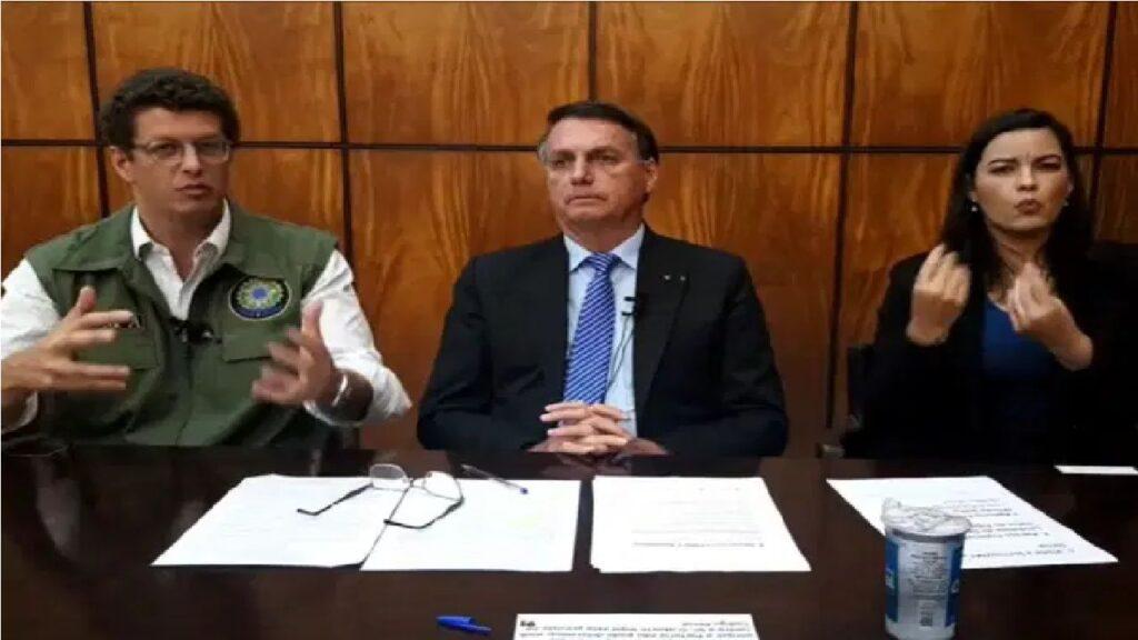 Bolsonaro defende volta às aulas, durante live