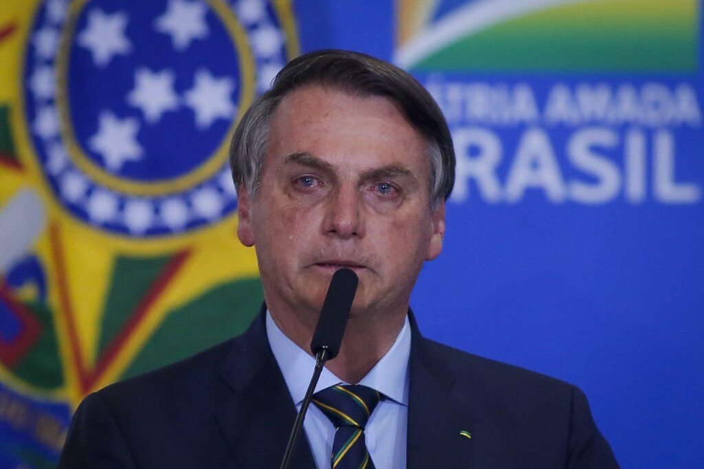 Bolsonaro relembra a facada em evento, não segura a emoção e chora