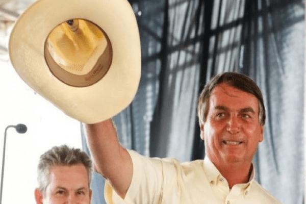 Bolsonaro toma sorvete e encontra com cidadãos em Brasília: 'É um homem simples, de coração aberto e sorriso largo'...Damares Alves, atual comandant...