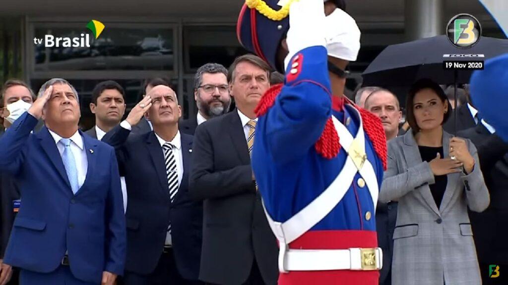Bolsonaro e ministros participam do hasteamento no Dia da Bandeira