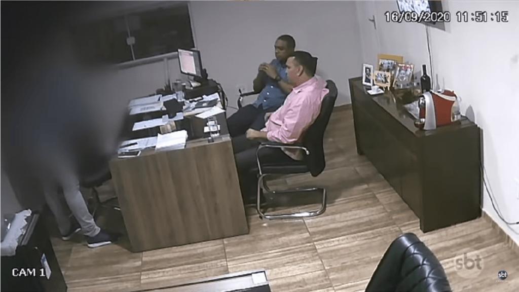 Candidato a vice-prefeito é flagrado recebendo maços de dinheiro