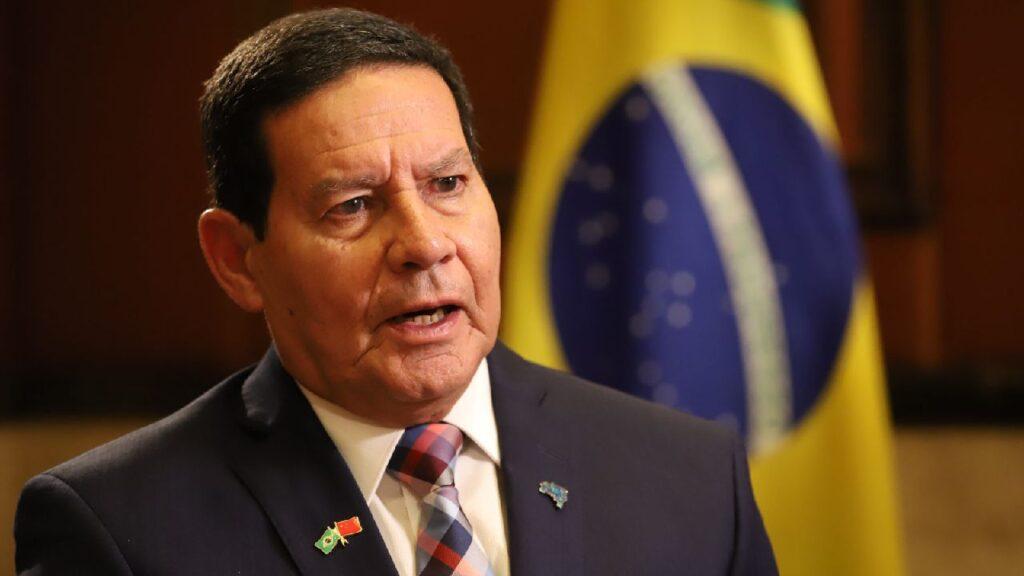 General Mourão diz que quem compra madeira ilegal da Amazônia são empresas e não países