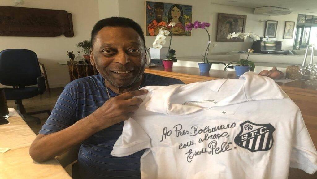 Pelé autografa camisa histórica do Santos para o Presidente Bolsonaro