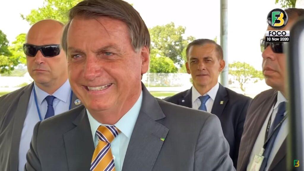 """Presidente Bolsonaro diz que quem paga pesquisa eleitoral """"sai na frente"""""""