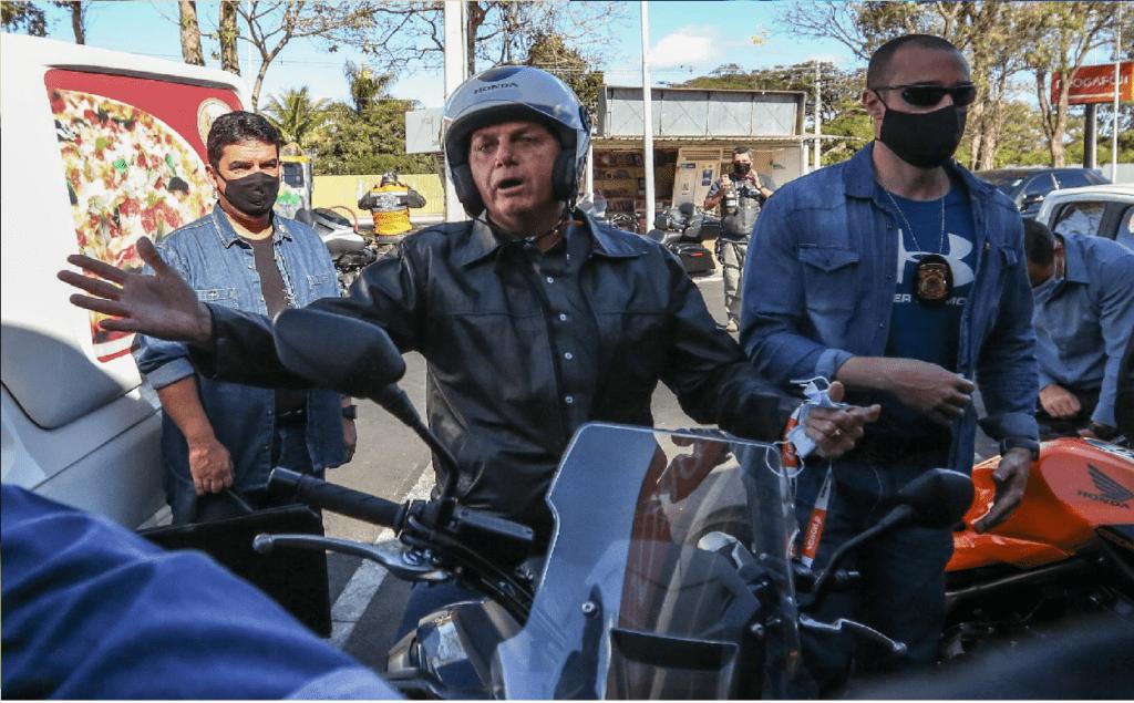 Presidente Bolsonaro passeia de moto e cumprimenta apoiadores em Guarujá