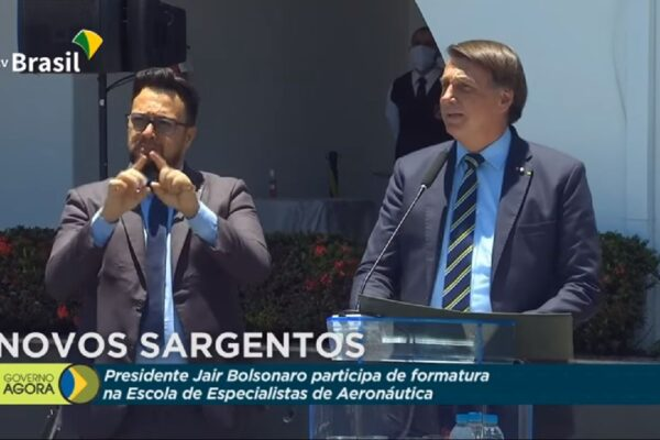Presidente Bolsonaro volta exaltar militares durante formatura da Aeronáutica