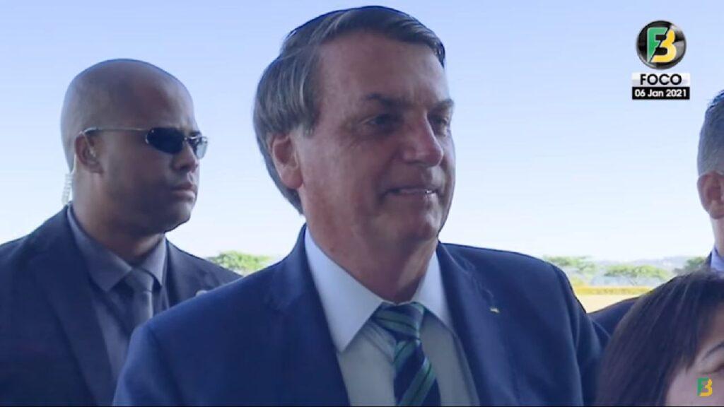 """Bolsonaro a apoiador, """"Pra imprensa voltava Lula, Dilma, gastando R$ 3 bilhões por ano para eles"""""""