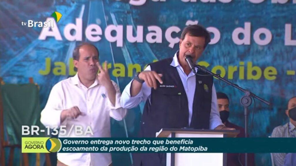 """""""Enquanto o povo fica iludindo os outros na televisão, nós trabalhamos aqui e vamos vacinar o Brasil todo"""" diz ministro do Turismo"""