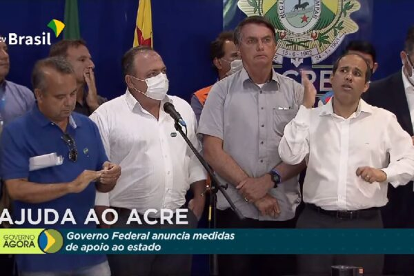 No Acre, Bolsonaro e Pazuello entregam 21,9 mil doses de vacinas contra a Covid-19