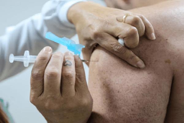 Vacina não é injetada em idosa que queria ser vacinada e gera revolta