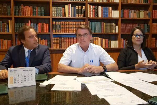 """Bolsonaro sobre Mandetta: """"Continua falando asneira"""""""