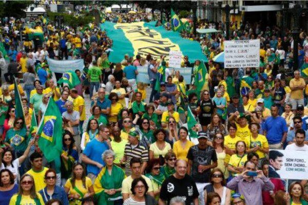 Brasileiros lotam às ruas em apoio ao Presidente Bolsonaro e em defesa do Brasil