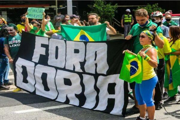 Em São Paulo, manifestantes pedem a renúncia de João Doria