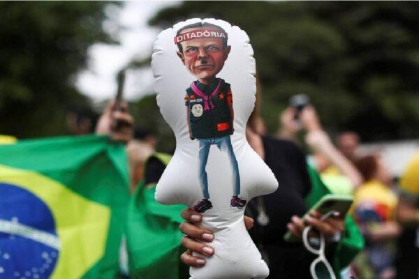 Manifestantes protestam próximo a casa de João Doria