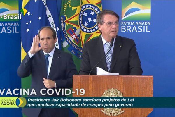 Presidente Bolsonaro, sanciona projetos de lei que ampliam a capacidade de aquisição de vacinas pelo Governo Federal