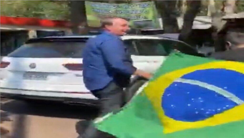 Em Goiânia, Presidente Bolsonaro interage com apoiadores e toma caldo de cana
