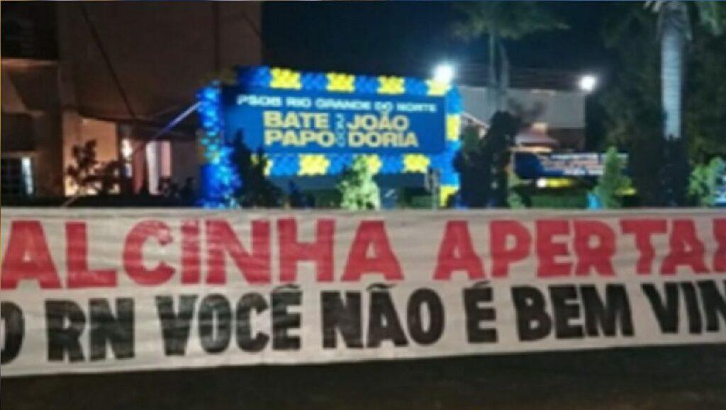 """João Dória é recebido com faixa de """"Calcinha apertada: Você não é bem-vindo!"""""""