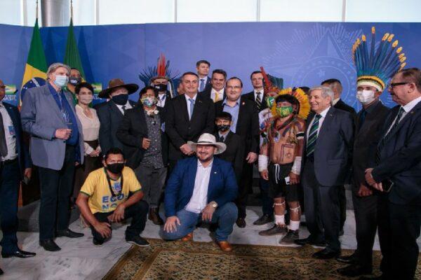 Líder indígena é recebido por Bolsonaro e diz que apoia o presidente e fala sobre independência